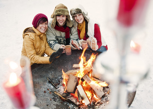 Austria, Salzburg, Man and women by fire at christmas marketの写真素材 [FYI04341178]