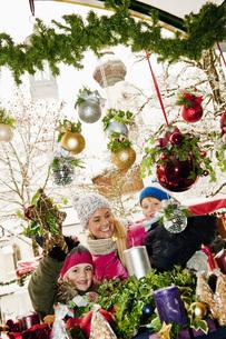 Austria, Salzburg, Mother with children at christmas market,の写真素材 [FYI04341179]