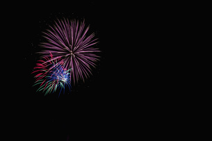 Germany, Fireworks in night sky, close upの写真素材 [FYI04341199]