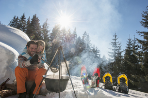 Austria, Salzburg, Couple preparing tea near iglooの写真素材 [FYI04341254]