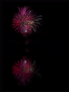 Germany, Fireworks exploding in sky at night with reflectionの写真素材 [FYI04341263]