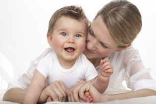 Smiling baby boy and his motherの写真素材 [FYI04341367]