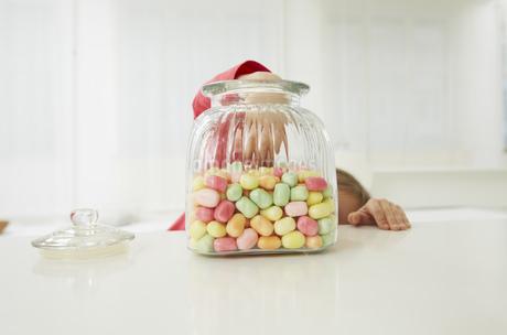 Germany, Munich, Girl with candy jarの写真素材 [FYI04341421]