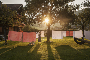 Austria, Radstadt, Farm, Female farmer hangs the washing onの写真素材 [FYI04341467]