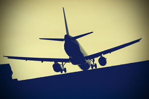 Airplane over roof approaching airport Berlin Tegel, Germanyの写真素材 [FYI04341482]
