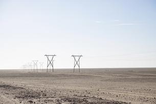 Africa, Namibia, Namib desert, power pylons at landscapeの写真素材 [FYI04341524]