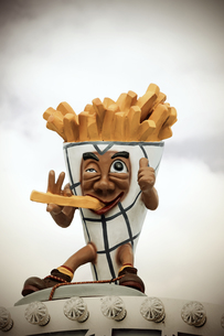 Germany, funny advertisment for French fries at fairの写真素材 [FYI04341539]
