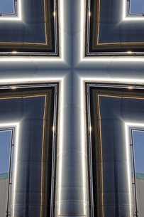 Cross-shaped metal construction, Composingの写真素材 [FYI04341543]