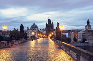 Czech Republic, Prague, Blue hour at Charles Bridgeの写真素材 [FYI04341567]