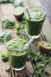 Green vegetable and fruit smoothie with spinach, salad, parsの写真素材 [FYI04341586]