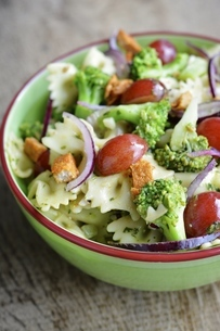 Broccoli Pasta Salad with grapes and spicy Tofu piecesの写真素材 [FYI04341598]