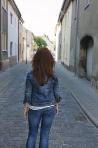 Rear view of brunette woman in a streetの写真素材 [FYI04341599]