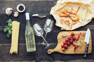 Ingredients for pasta dish with prawns, tomatoes and white wの写真素材 [FYI04341621]