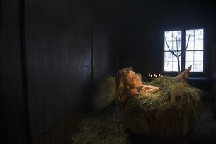 Woman taking hay bath in a tubの写真素材 [FYI04341629]