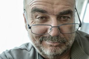 Portrait of smiling senier man wearing reading glassesの写真素材 [FYI04341659]