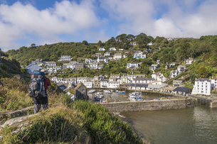 UK, Cornwall, Polperro, Man with backpack lokking at oats inの写真素材 [FYI04341660]