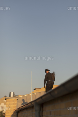 Germany, chimney sweep on rooftopの写真素材 [FYI04341692]