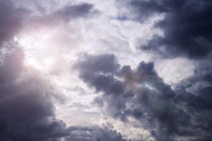 Sunlight shining through thundercloudsの写真素材 [FYI04341709]