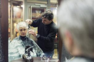 Senior woman getting new hair cutの写真素材 [FYI04341711]