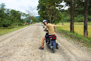 Philippines, Palawan island, man driving a motorcycle on a dの写真素材 [FYI04341745]