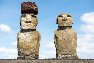 Chile, Easter Island, two moais at Ahu Tongarikiの写真素材 [FYI04341758]
