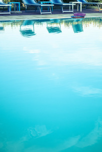 Empty sun beds at swimming poolの写真素材 [FYI04341791]