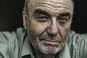Portrait of sceptical senior manの写真素材 [FYI04341874]