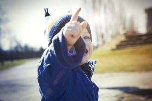 Germany, Oberhausen, toddler pointing his fingerの写真素材 [FYI04341892]