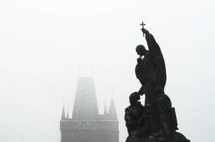 Czech Republic, Prague, statue on Charles Bridge in morningの写真素材 [FYI04341917]