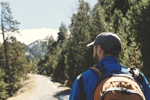 Spain, Catalonia, man with backpack hiking in the Pyreneesの写真素材 [FYI04341942]