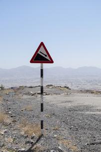 Oman, Warning sign for downward slopeの写真素材 [FYI04341947]