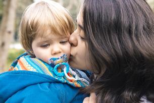 Mother kissing her blonde baby girlの写真素材 [FYI04341953]