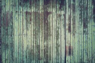 Weathered green old barn doorの写真素材 [FYI04341976]