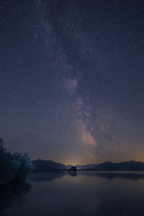 Germany, Bavaria, Chiemgau, Lake Chiemsee at night, starry sの写真素材 [FYI04342009]