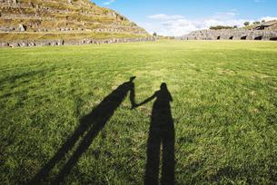 Peru, Cusco, shadow of two travelers visiting Saksaywaman ciの写真素材 [FYI04342014]