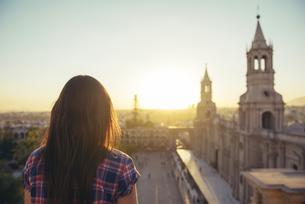 Peru, Arequipa, woman looking at Plaza de Armas enjoying sunの写真素材 [FYI04342025]