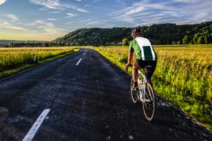Germany, Bavaria, Chiemgau, racing biker on tourの写真素材 [FYI04342042]