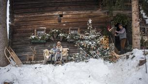 Austria, Altenmarkt-Zauchensee, family in front of farmhouseの写真素材 [FYI04342055]