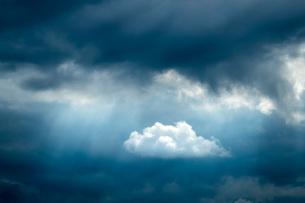 Germany, Unterschnitzing, Foehn cloudsの写真素材 [FYI04342110]