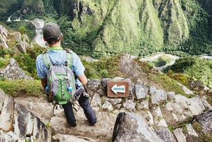 Peru, Machu Picchu region, traveler lokking at Machu Picchuの写真素材 [FYI04342121]