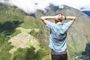 Peru, Machu Picchu region, traveler lokking at Machu Picchuの写真素材 [FYI04342124]
