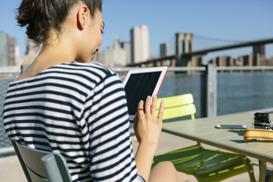 USA, New York City, smiling young woman with digital tabletの写真素材 [FYI04342128]