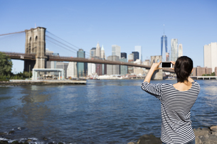 USA, New York City, back view of young woman taking a photoの写真素材 [FYI04342136]