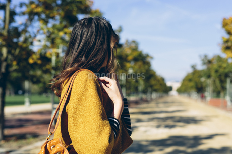 Stylish woman at the park on a sunny autumn dayの写真素材 [FYI04342276]