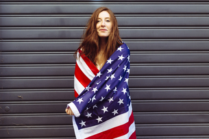 Pride woman wearing an American flag with confidenceの写真素材 [FYI04342291]