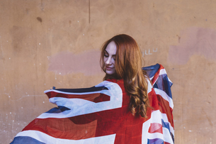 Smiling woman holding a British flagの写真素材 [FYI04342295]