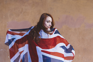 Smiling woman holding a British flagの写真素材 [FYI04342296]