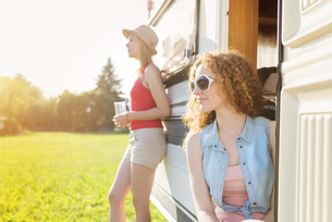 Two female friends at holiday with caravanの写真素材 [FYI04342332]