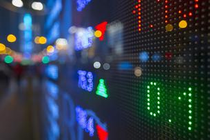 China, Hong Kong, Stock ticker, close upの写真素材 [FYI04342366]