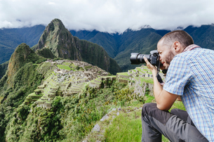 Peru, man taking pictures of Machu Picchu citadel and Huaynaの写真素材 [FYI04342375]